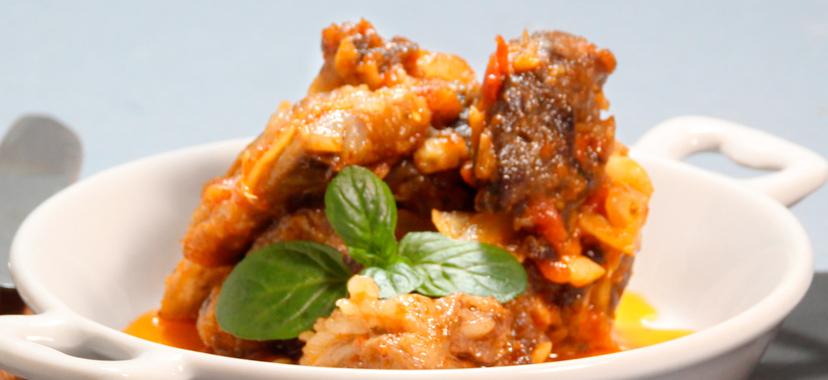 Magras con costillas en salsa de tomate