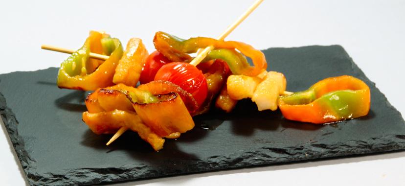 Brochetas de sepia con verduras