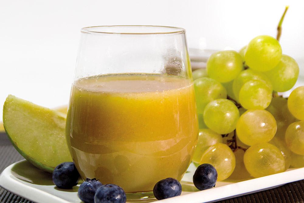 Zumo de pera, uva, arándanos y lima