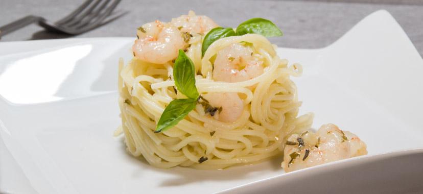 Espaguetis con gambas a las finas hierbas