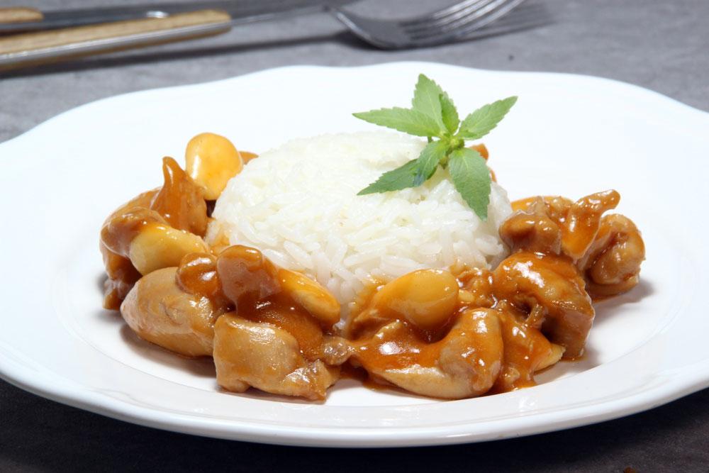 Pollo en salsa con almendras