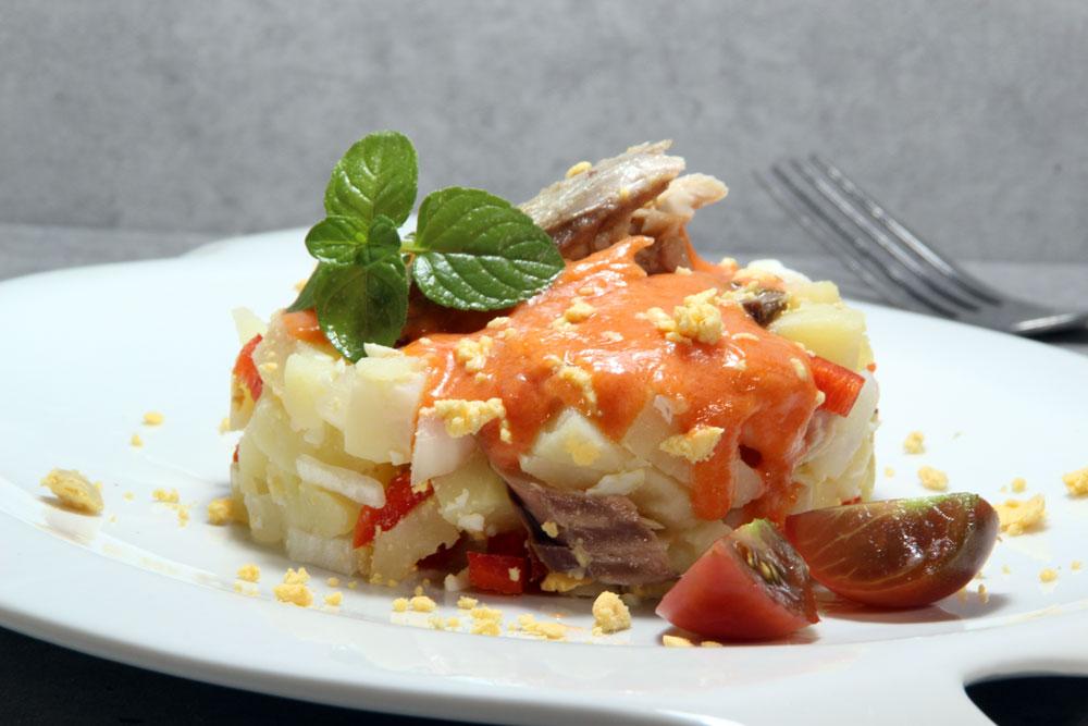 Patatas aliñadas con salmorejo